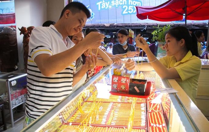 Việc Trung Quốc phá giá mạnh đồng nhân dân tệ khiến thị trường vàng trong nước biến động mạnh  Ảnh: Hoàng Triều