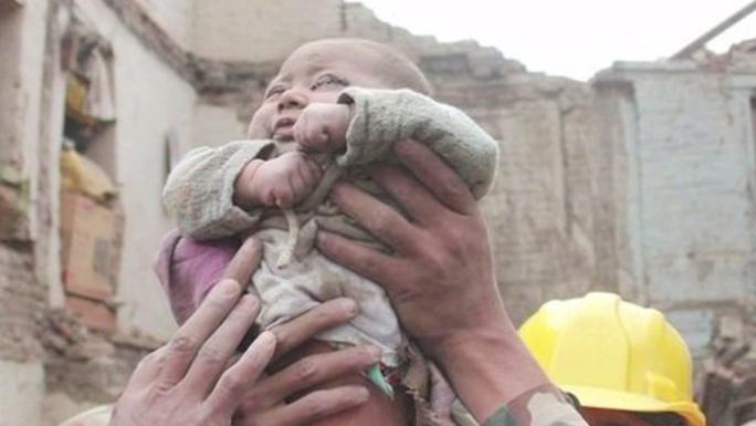 Bé trai 4 tháng tuổi được cứu sống Ảnh: KATHMANDUTODAY.COM