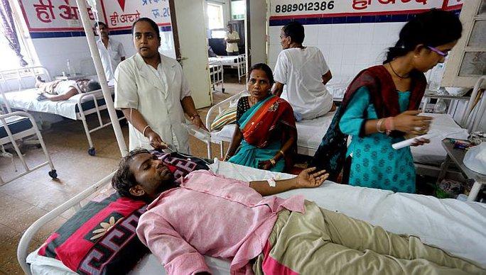 Một người đổ bệnh vì nắng nóng được điều trị tại bệnh viện ở TP Bhopal, bang Madhya Pradesh hôm 27-5 Ảnh: EPA