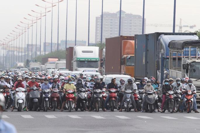 Nhiều người đề nghị bỏ thu phí bảo trì đường bộ đối với xe máy Ảnh Hoàng Triều
