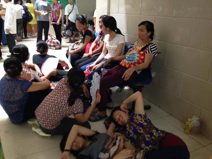 Bệnh nhân mệt mỏi vì chờ khám chữa bệnh tại Khoa Khám bệnh, BV Bạch Mai sáng 14-7
