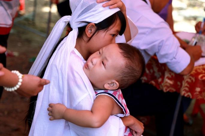 """Hai đứa con của chị Nguyễn Thị Bích Chi buồn khóc vì thấy mẹ """"vắng nhà lâu không về"""""""