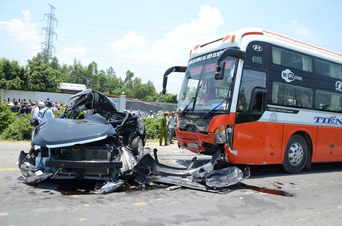Hiện trường vụ tai nạn làm 2 gia đình sui gia gồm 7 người thương vong