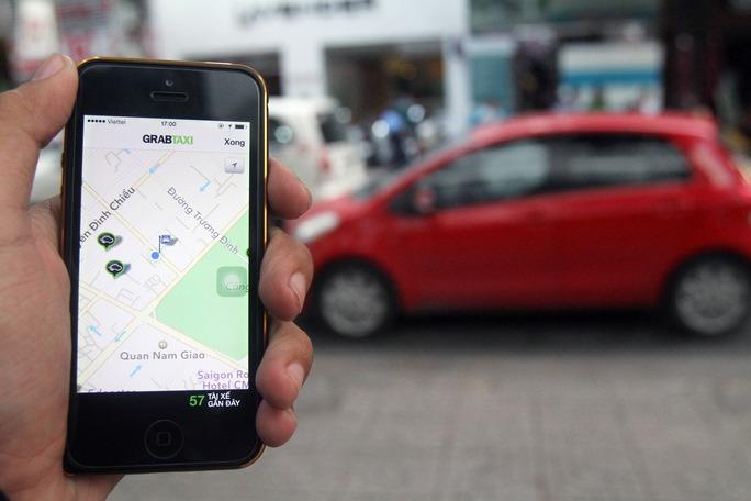 Gọi GrabTaxi thông qua phần mềm trên điện thoại di động    Ảnh: HOÀNG TRIỀU