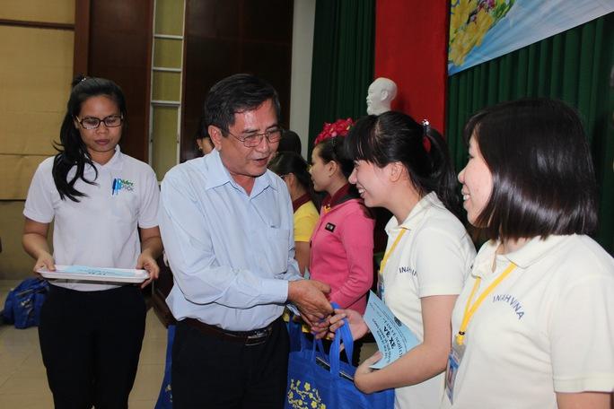 Ông Nguyễn Văn Rảnh, Trưởng ban Dân vận Thành ủy TP HCM, trao vé xe và quà Tết cho công nhân KCX Tân Thuận ẢNH: THANH NGA