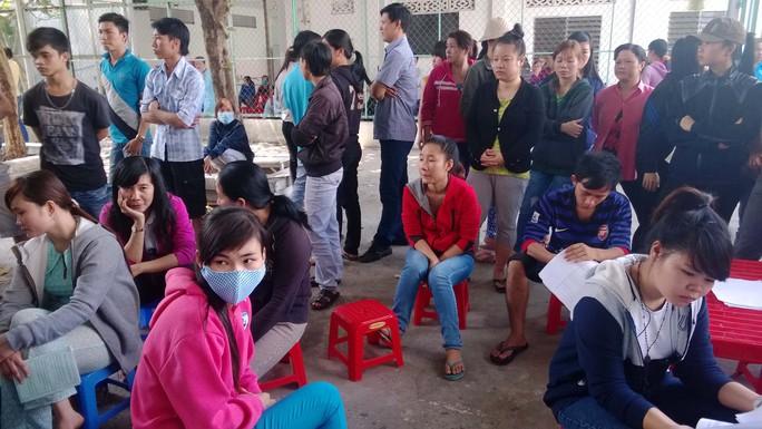 Những gương mặt buồn bã của công nhân một doanh nghiệp tại huyện Hóc Môn, TP HCM vì bị nợ lương Ảnh: MAI CHI