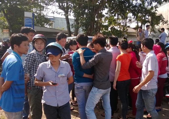 Công nhân một doanh nghiệp ở huyện Củ Chi, TP HCM ngừng việc vì không đồng tình với cách trả thưởng của doanh nghiệp