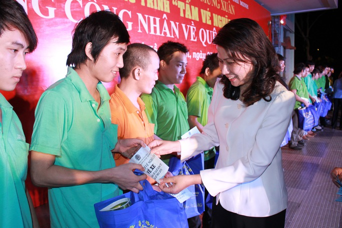 Bà Nguyễn Thị Thu, Chủ tịch LĐLĐ TP HCM, trao vé xe cho công nhân KCX-KCN ẢNH: HOÀNG TRIỀU