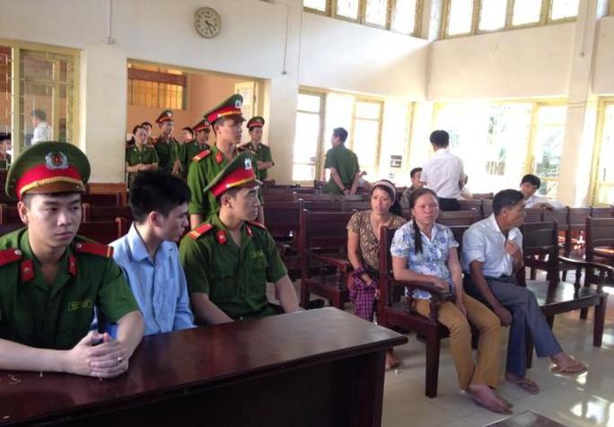 Lý Nguyễn Chung nói chuyện với bà Lành (mẹ kế) cùng gia đình