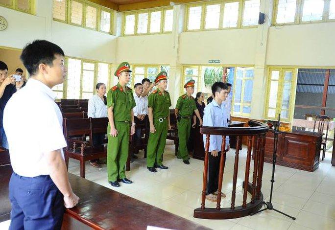 Những người tham dự nghe tòa tuyên án