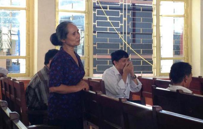 Bà Nguyễn Thị Hội, mẹ nạn nhân Hoan, nói chuyện với Chung