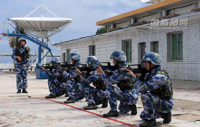 Binh sĩ Trung Quốc trong giờ tập bắn trên bãi Chữ Thập. Ảnh: Huanqiu