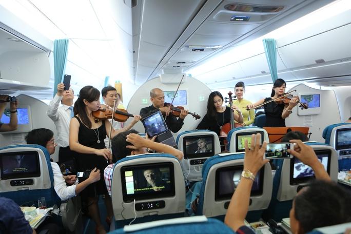 Việc có mặt của nghệ sĩ Bùi Công Duy cùng ban nhạc đem lại sự thích thú cho hành khách, bên cạnh việc khám phá nội thất siêu hiện đại của loại máy bay thế hệ mới A350