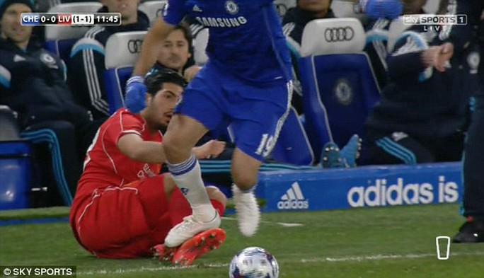 Costa đạp vào cổ chân Emre Can