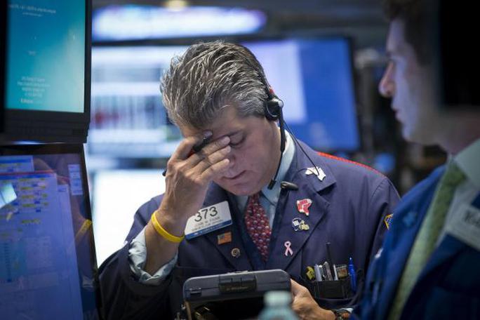 Các nhà đầu tư trên sàn giao dịch chứng khoán New York (Mỹ) sáng 24-8. Ảnh: Reuters