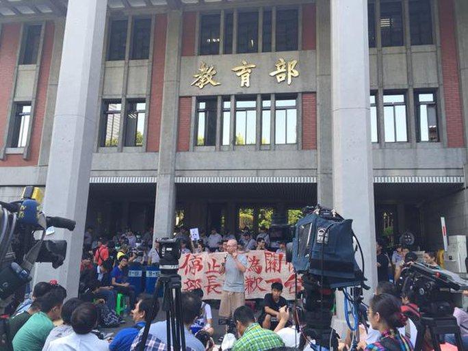 Khoảng 200 sinh viên vẫn ở trong khu viên cơ quan giáo dục. Ảnh: channel ews asia