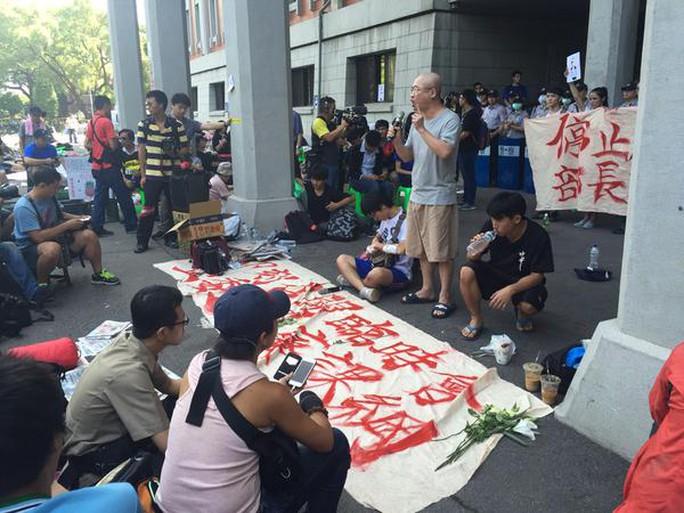 Các sinh viên tụ tập tại cơ quan giáo dục. Ảnh: Channelnewsasia