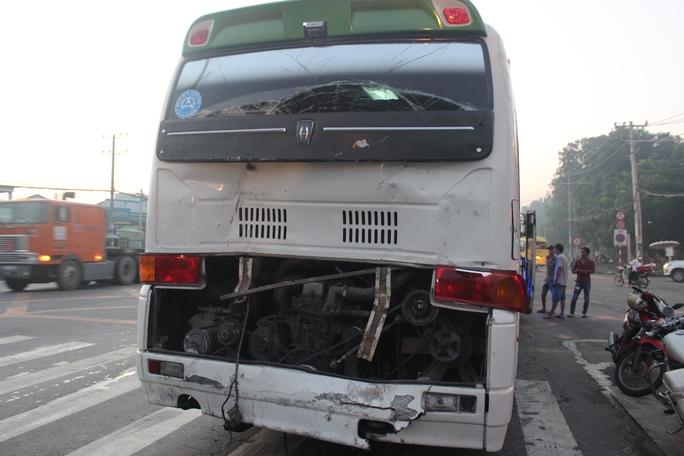 Chiếc xe khách chung đoàn đi chùa với ô tô 7 chỗ cũng bị biến dạng phần đuôi sau cú tông kinh hoàng