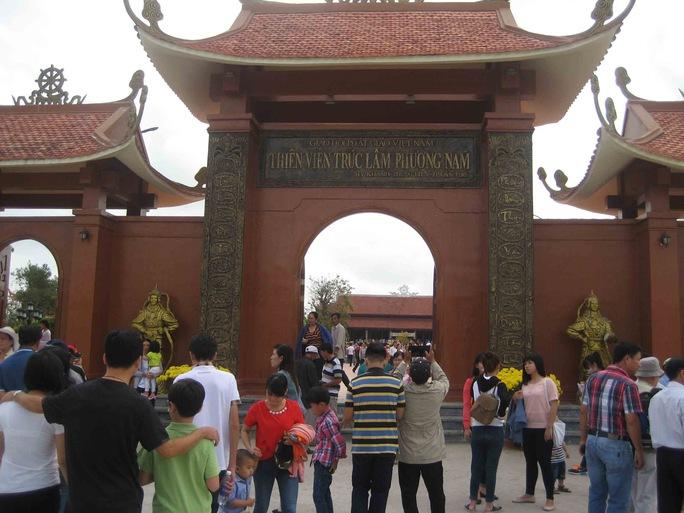 Cổng trước của ngôi chùa lớn nhất miền Tây