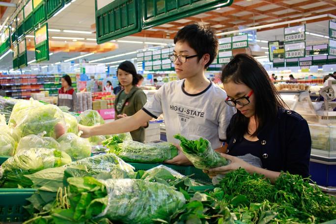 Chọn rau quả ở siêu thị Co opmart- quận 9. Ảnh: H.Triều