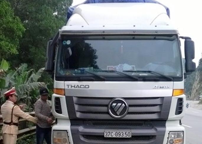 CSGT đang khống chế phụ xe và tài xế đưa xe về Công an Ninh Bình để xử lý