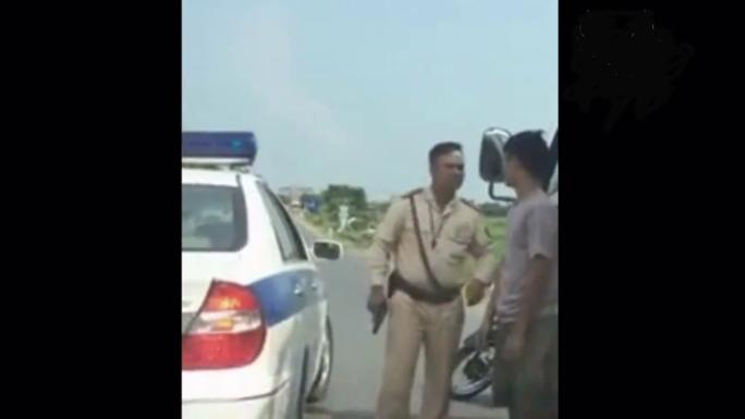 Khi tài xế xuống xe, cán bộ CSGT vẫn cầm súng trên tay - Ảnh cắt từ clip