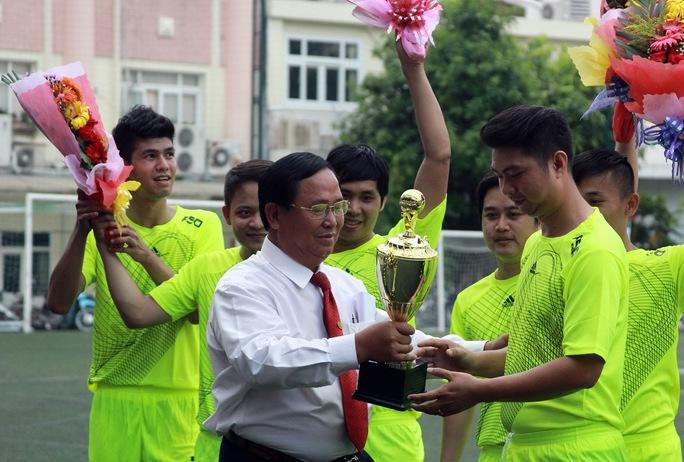 Ông Tạ Long Hỷ, Phó Tổng giám đốc Vinasun, trao cup vô địch cho đội Kế toán