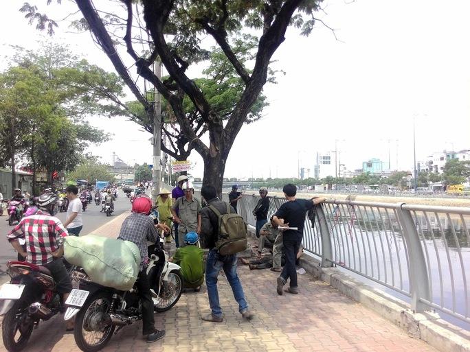 Nam thanh niên được đưa lên bờ sau đó chuyển đi bệnh viện cấp cứu