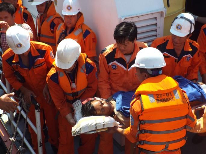 Đưa ngư dân Lương từ tàu SAR27-01 lên bờ cấp cứu
