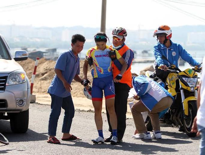 Jer Ling Serene Lee được nhân viên đoàn đua đưa lên xe cấp cứu