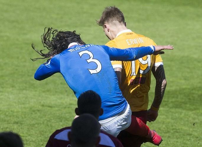 """""""Đấu quyền Anh"""" kinh hoàng ở trận play-off Scotland"""