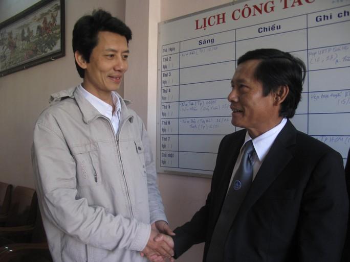 LS Pham Trung Hoài, chủ nhiệm Ủy ban Bảo vệ quyền lợi luật sư (bên trái) thăm hỏi gia cảnh LS Võ An Đôn