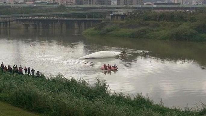 Chiếc máy bay gần chìm trên sông. Ảnh: Tân Hoa Xã