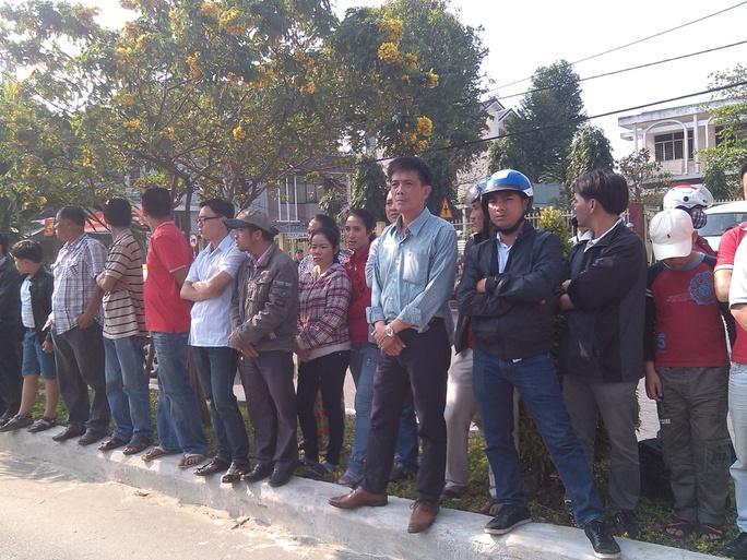 Đông đảo người dân Đà Nẵng chờ đợi bên ngoài tư gia ông Nguyễn Bá Thanh