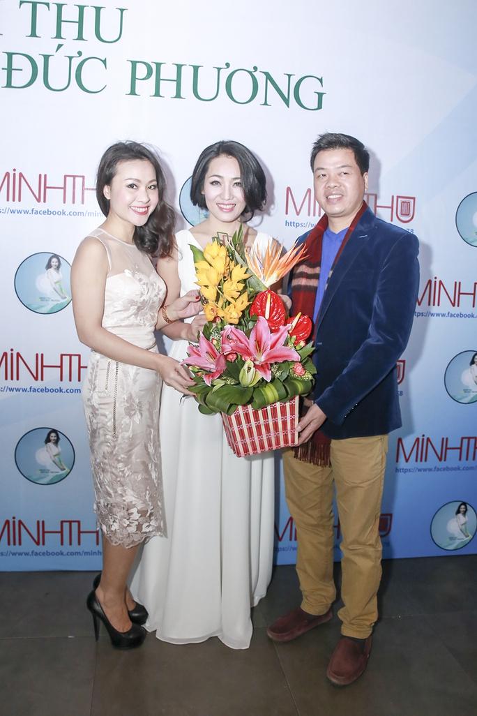 ca sĩ Đăng Dương (phải) đến chúc mừng đồng nghiệp