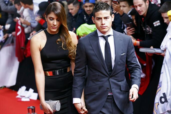 Rodriguez sang trọng bên vợ