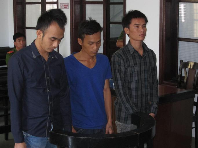 Các đạo chích nghe tuyên án tại tòa.
