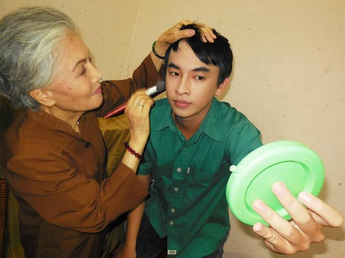 Sầu nữ Út Bạch Lan hóa trang cho nghệ sĩ trẻ trước khi ra sân khấu biểu diễn
