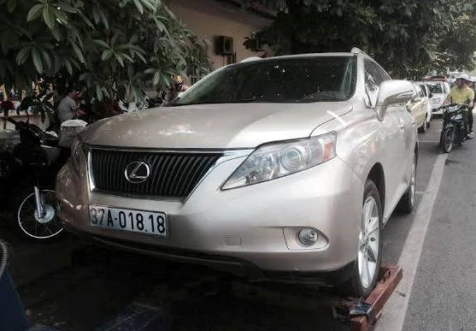 Chiếc xe Lexus bị tạm giữ - ảnh ANTĐ