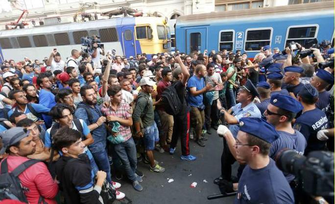 Người tị nạn phản đối bên ngoài nhà ga ở Budapest. Ảnh: Reuters