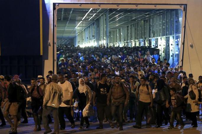 Khoảng 1.800 người tị nạn và di cư rời con tàu đưa họ từ đảo Lesbos vào đất liền Hy Lạp đêm 1-9. Ảnh: Reuters