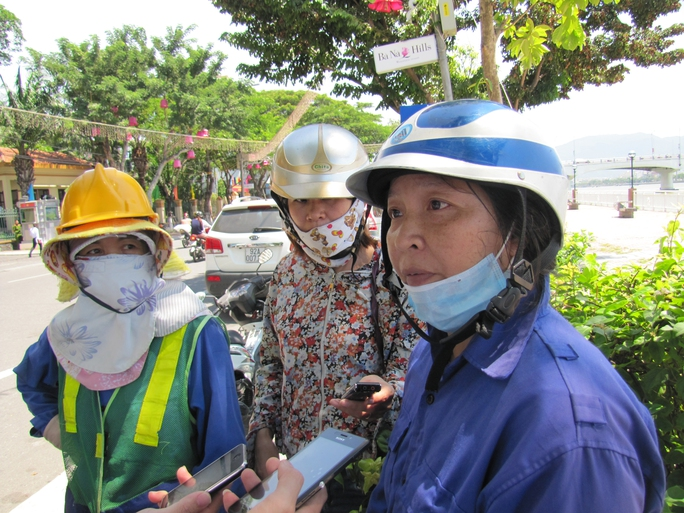 Công nhân tập trung phản đối cách điều hành, bổ nhiệm tại Công ty Môi trường đô thị Đà Nẵng Ảnh: Hoàng Dũng