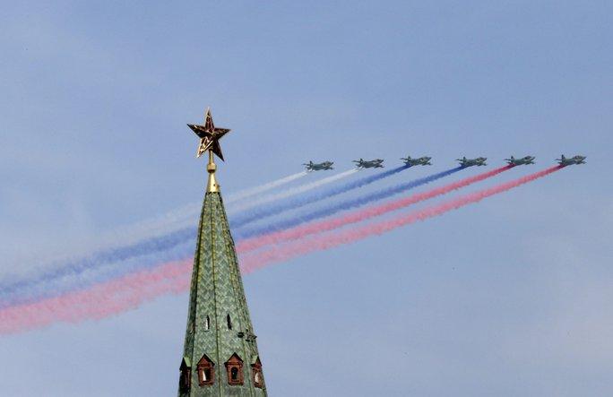 Máy bay SU-25 trình diễn tạo thành lá cờ Nga tại Lễ diễu binh. Ảnh: Reuters