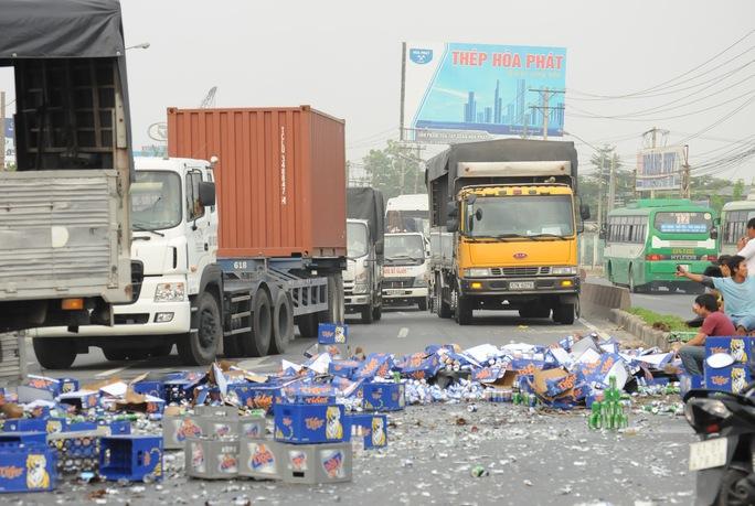 Xe tải lật, hàng trăm thùng bia rơi kín Quốc lộ 1