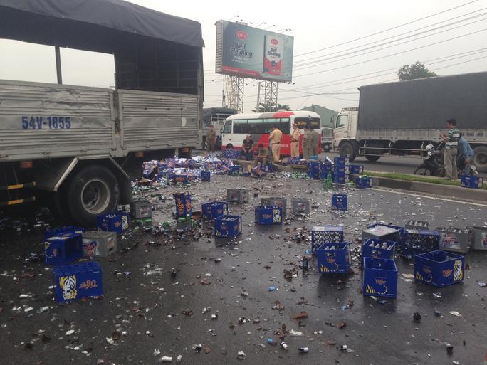 Hình 1, 2 Nhiều chai vỡ nát, hư hỏng rơi vương vãi trên mặt đường
