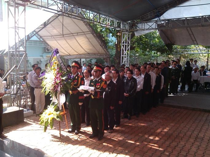 Các đoàn khách mang vòng hoa đến viếng tại nhà ông Nguyễn Bá Thanh