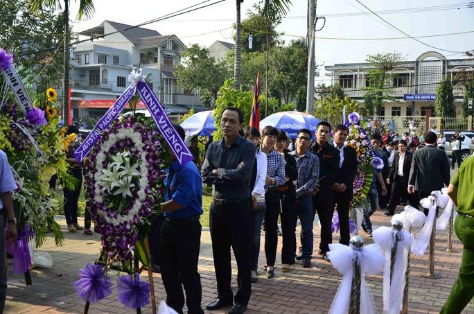 Người dân Đà Nẵng mang vòng hoa đến viếng ông Nguyễn Bá Thanh ẢNH: BÍCH VÂN