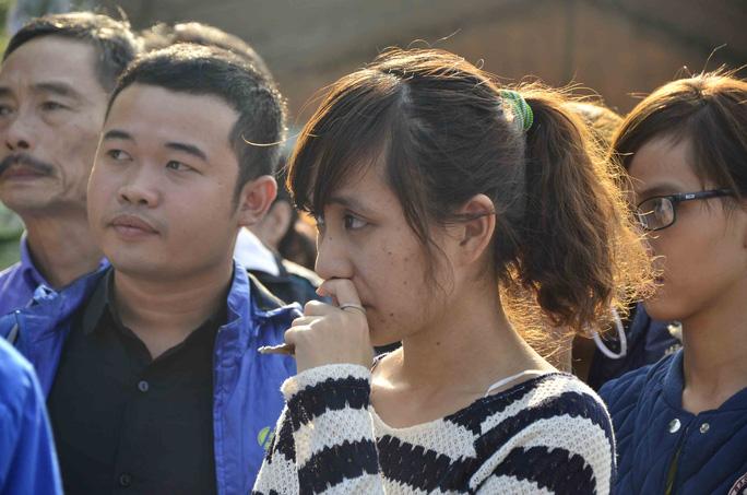 Một thiếu nữ bật khóc trước sự ra đi của ông Nguyễn Bá Thanh  ẢNH: BÍCH VÂN