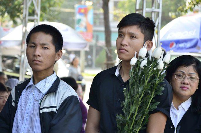 Nhiều người mang hoa đến viếng ông Nguyễn Bá Thanh   ẢNH: BÍCH VÂN