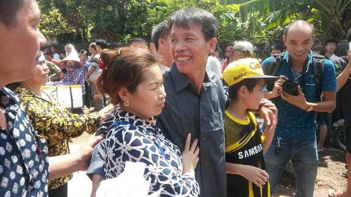 Ông Đoàn Văn Vươn (áo sơ mi màu sẫm) tươi cười trong vòng tay người thân khi vừa ra khỏi trại giam